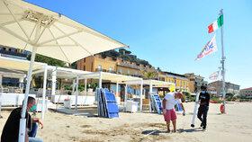 Italové se pečlivě připravují na letní sezonu, na plážích se budou dodržovat rozestupy.