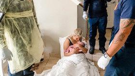 Porodila doma na zemi. Záchranáře k ní přivolaly dvě malé dcery