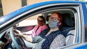 Začaly fungovat také autoškoly, řidička Veronika Klímová (19) vyrazila v Praze na jízdu se svou učitelkou Petrou Jelínkovou (45). (27. dubna 2020).