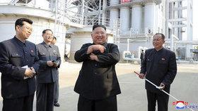 Fotografie Kim Čong-una otevírajícího továrnu na hnojiva