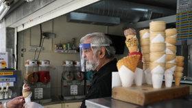 Kyperský zmrzlinář v době šíření koronaviru nosí ochranný štít, (4.05.2020).