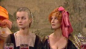 Ani dvorní dámy Anna Wetlinská a Laďka Kozderková (zleva) nezůstanou na ocet.