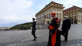 Kardinál Dominik Duka přichází na mši v katedrále svatého Víta, která připomněla konec války i oběti koronaviru (5. 5. 2020).