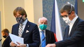 Zprava premiér Andrej Babiš (ANO), náměstek ministra zdravotnictví Roman Prymula a ministr zdravotnictví Adam Vojtěch (za ANO) se připravují 7. května 2020 v Praze na tiskovou konferenci k představení fungování projektu Chytré karantény.