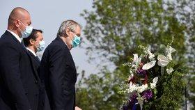 Prezident Miloš Zeman (třetí zleva) položil věnec u hrobu Neznámého vojína na pražském Vítkově při pietním aktu u příležitosti 75. výročí ukončení druhé světové války (8. 5. 2020)