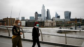 Ulice Londýna zejí prázdnotou. Na mostě Millennium jsou běžně stovky lidí, v současné době jich je jen pár.