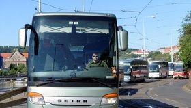 Demonstrativní jízda zájezdových autobusových dopravců Prahou 12. května 2020