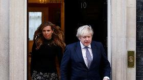 Premiér Boris Johnson se snoubenkou Carrie Symondsovou.