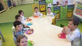 Mateřské školky řeší nedostatek personálu alespoň omezenou otevírací dobou anebo za pomoci dobrovolníků, například z řad studentů.
