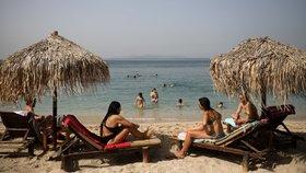 Pláže v Řecku hned po otevření přilákaly davy zájemců. Je tu větší odstup lehátek i častá dezinfekce (16. 5. 2020)