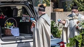 """Detroitský kněz a jeho inovované """"kropení"""" svěcenou vodou"""