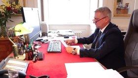 Prezidentův kancléř Vratislav Mynář natočil video o výhružném dopise pro zesnulého předsedu Senátu Jaroslava Kuberu. (18. 5. 2020)