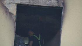 Vyhořelý byt prozkoumávali v úterý dopoledne vyšetřovatelé hasičů i policistů.
