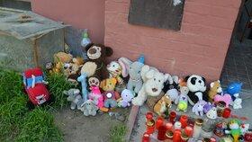 Takto vypadala v pátek smuteční vzpomínka na chlapce před domem, v němž zemřeli při požáru.