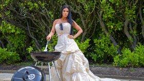 Katie Price během karantény grilovala a zahradničila ve svatebních šatech.