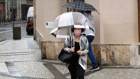 Koronavirus v Česku: Lidé v rouškách vyrazili do ulic Prahy, stihl je déšť (23.5.2020).