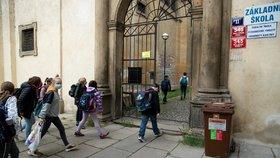 Děti po dvouměsíční karanténě vyrážejí do školy (25. 5. 2020).