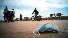 Ve světě lidé odhazují roušky na ulici nebo i plážích