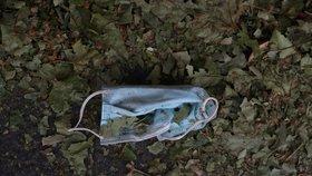 Lidé pohazují roušky v přírodě i na ulicích