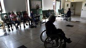 Domov pro seniory v Itálii: Návštěvy příbuzných pouze z bezpečné vzdálenosti (26. 5. 2020)