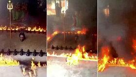 Kněz se nechal pohřbít po krk do bahna a kolem sebe zapálil oheň: Rituálem chtěl zastavit šíření koronaviru!