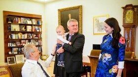 Alex Mynářová vytáhla šťastnou rodinku na výlet k hlavě státu. Zemanovi děkovala za pomoc Oliverovi