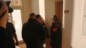 Judita (17) na cestě k soudu kvůli vraždě Tomáše (†16).