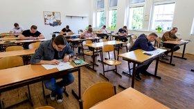 Studenti Střední průmyslové školy v Ústí nad Labem přišli na didaktický test státní maturity z matematiky. Jarní termín se kvůli pandemii koronaviru letos posunul. Původně se testy měly konat na začátku května. (1. 6. 2020)