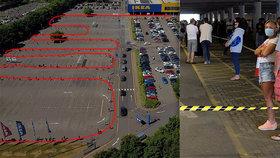Lidé čekají v dlouhých frontách, aby se dostali do obchodnícho domu IKEA.