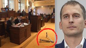 Čižinský pohodil ve Sněmovně koloběžku. S návrhem na jejich odklízení u poslanců neuspěl.