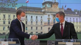 Slovesnký premiér Igor Matovič s premiérem Andrejem Babišem ve Strakově akademii.