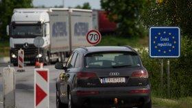 Česko-rakouská hranice v Dolním Dvořišti na snímku pořízeném 4. června 2020. Od stejného dne Rakousko otevřelo hranice po zmírnění koronavirové epidemie. Čeští policisté budou při návratu stále kontrolovat, byť namátkově, zda lidé mají doklad o negativním testu na covid-19.