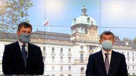Ministr zahraničí Tomáš Petříček (ČSSD, vlevo) a premiér Andrej Babiš (ANO) na tiskové konferenci o otevírání hranic (5. 6. 2020)