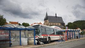 Autobus zastávku zdemoloval.