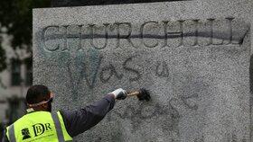Při demonstraci v Londýně někdo počmáral sochu Winstona Churchilla.