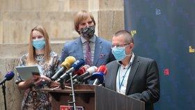 Ředitel ÚZIS Ladislav Dušek na tiskové konferenci o vývoji koronaviru v pozadí s ministrem zdravotnictví Adamem Vojtěchem (za ANO)(11.6.2020)