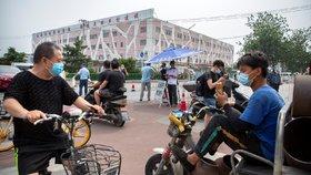Číňané v Pekingu s rouškami a strach z nové vlny nákazy (13. 6. 2020)