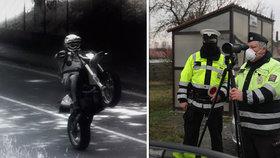Motorkář projel Novým Jičínem na zadním kole: Policie ale neví, kdo řídil