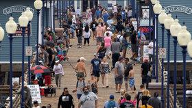 V Kalifornii již jsou po uvolnění opatření plné pláže. (23. 6. 2020)