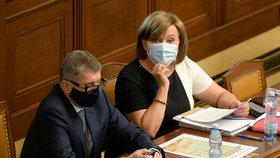Premiér Andrej Babiš (ANO) a vicepremiérka Alena Schillerová (za ANO) ve Sněmovně (23. 6. 2020)