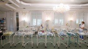 Někteří noví rodiče se k dětem už dostali, mnoho novorozenců ale ještě pořád čeká v hotelu Venice (24. 6. 2020)