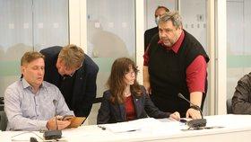 Bývalý šéf ČT24 a současný radní Roman Bradáč, ekonomka Hana Lipovská a moderátor Lubomír Xaver Veselý na jednání Rady ČT (24. 6. 2020)