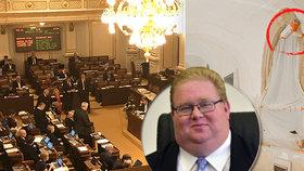 Poslanecká sněmovna nezvládla vypsat veřejnou zakázku na nový kamerový systém. Kancléř Jan Morávek přiznal chyby v zadávací dokumentaci.