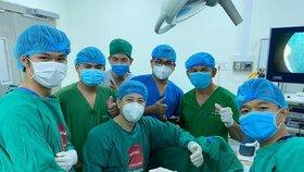 Tým lékařů měl z úspěšného zákroku radost.