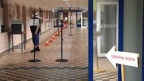 Testování v dole ČSM-Sever ve Stonavě na Karvinsku v souvislosti s hromadnou nákazou covidem-19 (26. 6. 2020)