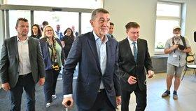 Premiér Andrej Babiš (ANO) na návštěvě Karlovarského kraje. Jeho cestu zasáhly problémy s kolenem, kvůli kterým dostal hůl. (26.6.2020)