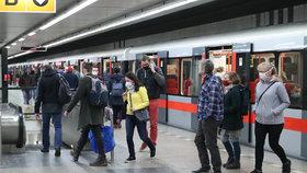 Roušky budou v metru povinné i nadále.