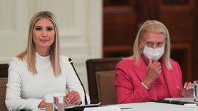 Ivanka Trumpová, poradkyně Bílého domu, s otcem, prezidentem Donaldem Trumpem, představila revizi v přijímání vládních zaměstnanců (29.06.2020).