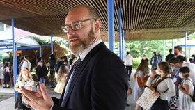 Ministr školství Robert Plaga (ANO) předal 30. června 2020 vysvědčení žákům první třídy v ZŠ Petra Strozziho v Praze. (30.6.2020)