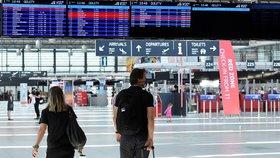 Ačkoliv 1. 7. mohli lidé odložit roušky ve vnitřních prostorách, letiště Václava Havla v Praze stále vyzývá k jejich nošení. (1. 7. 2020)